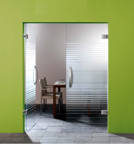 Двустворчатая стеклянная дверь с доводчиком в петлях